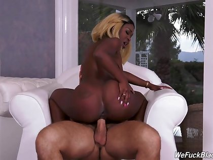 Stunning ebony slut takes dick like a pro
