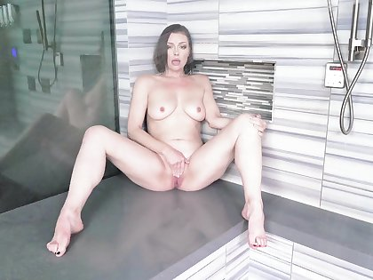 Solo babe Tiara Syre with naturel boobs carrying-on in the shower
